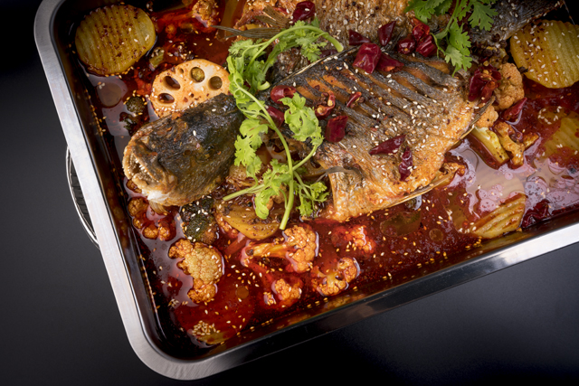 重庆烤鱼   Poisson grillé Chong Qing Sichuan (min 2pers.) Poisson à la mode Sichuan en marinade grillé, mijoté avec sauce Ma-La poivre et piment